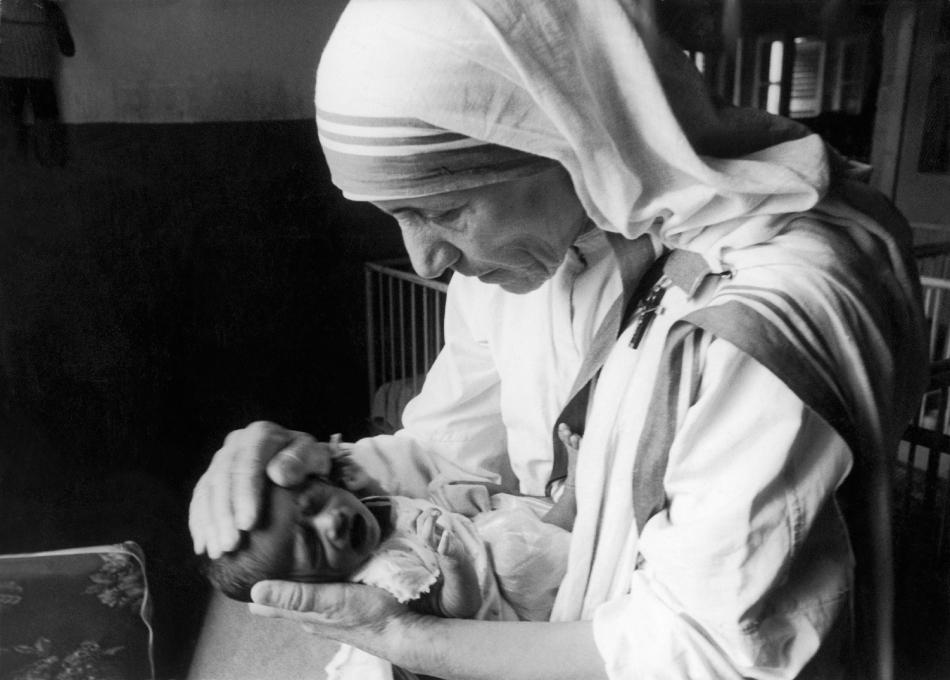 Mother Teresa And A Newborn Orphan In Calcutta 1971